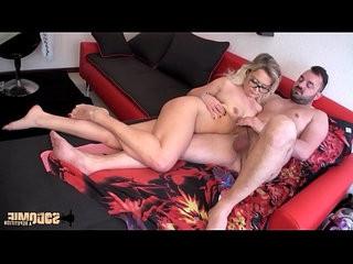 Elle invite un mec chez elle pour se faire sodomiser !